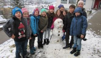 SchülerInnen bauen Schneemann